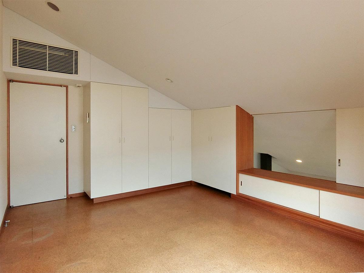2階、8.5畳の洋室:勾配天井だが閉鎖感はない