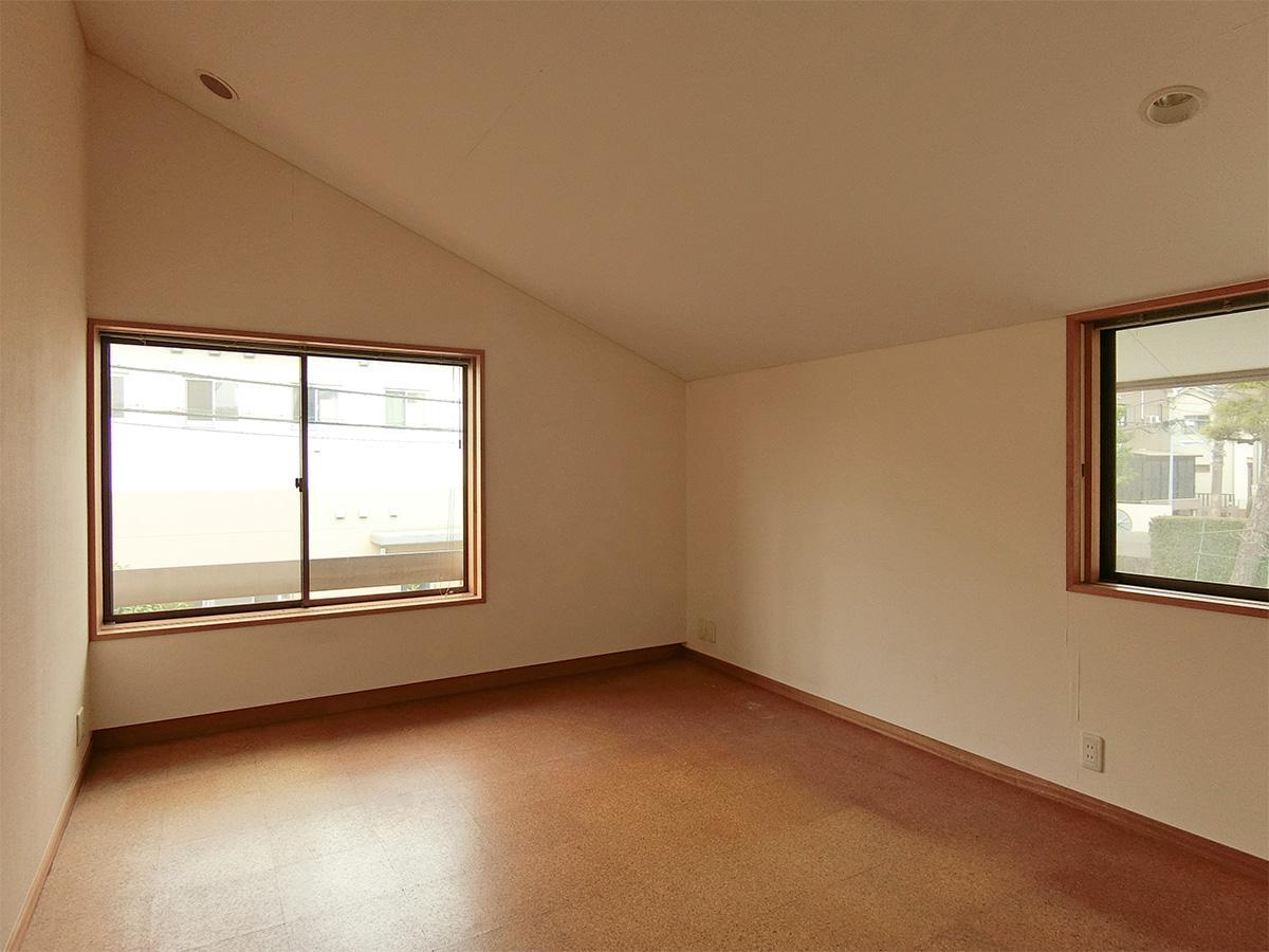 2階、8畳の洋室