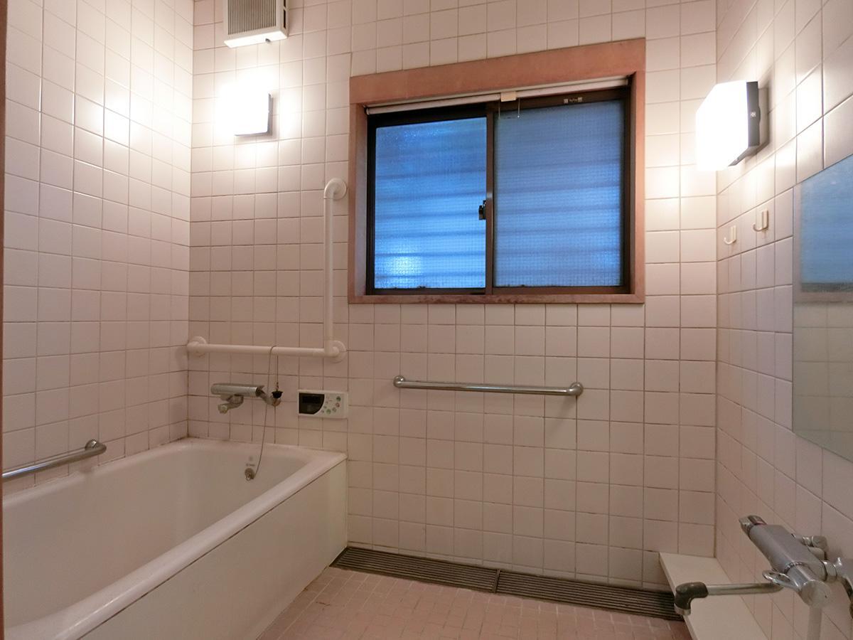 浴室は結構ダメージがあります(間仕切りはすりガラスの引き戸)