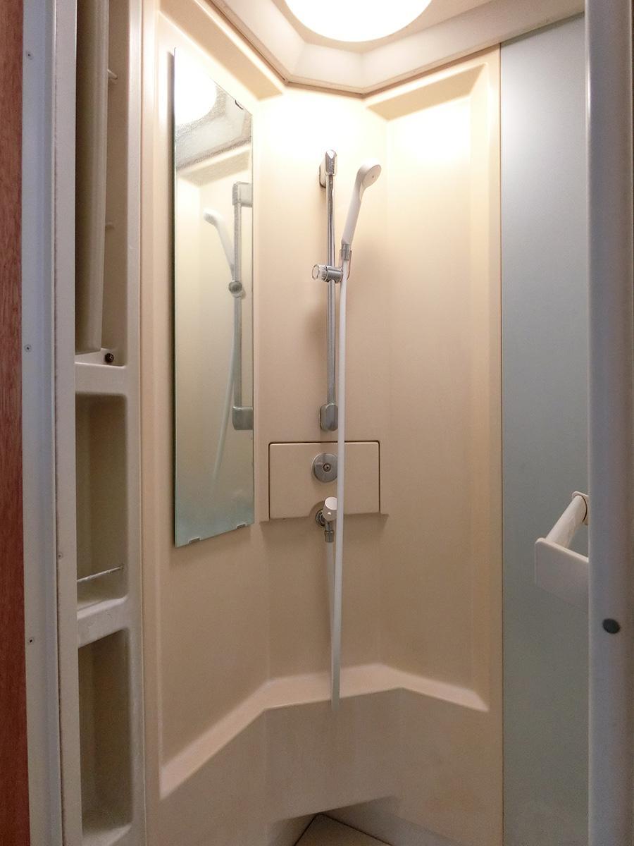 2階のトイレにはシャワールームが増設されている