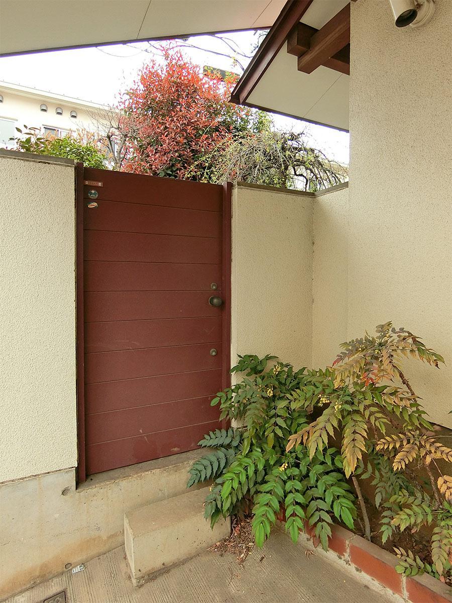 この扉からも庭に入れる