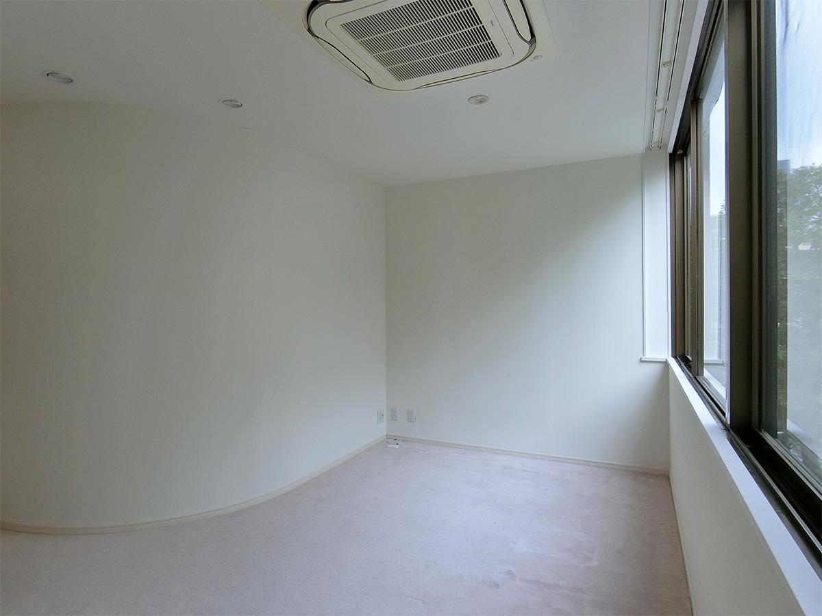 小さな洋室は一部、曲面の壁になっている