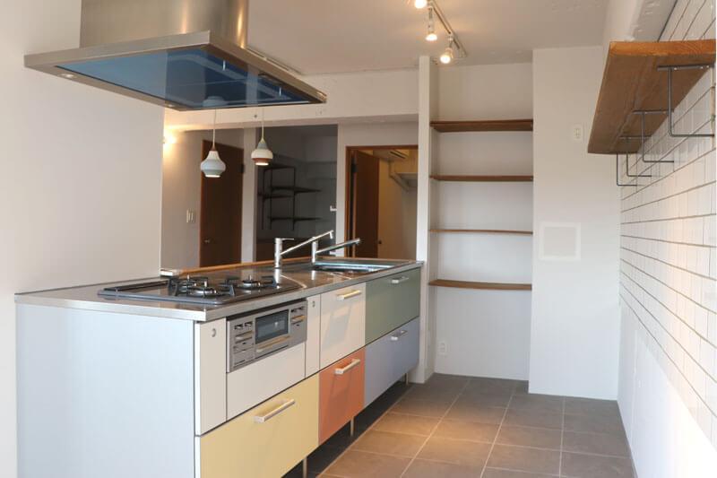 使い勝手のよさそうなキッチンは椅子も置きたくなる