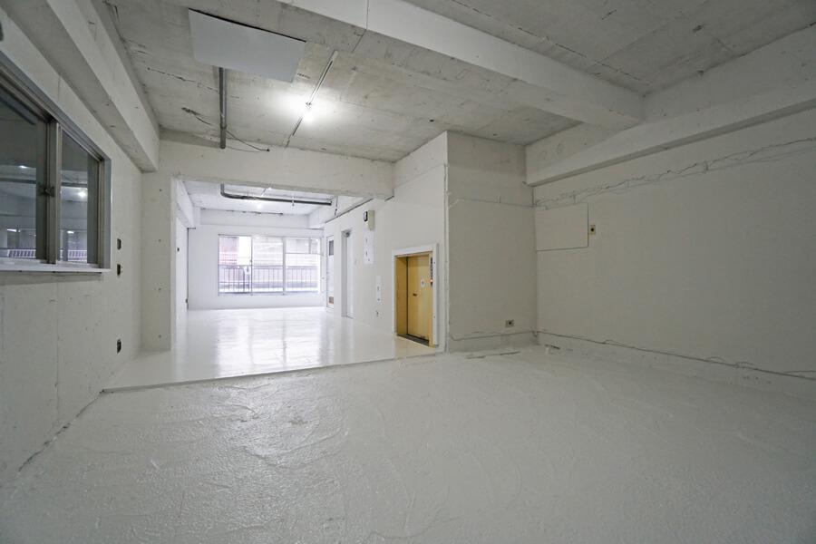 5階。床・壁・天井が白く、明るい空間です