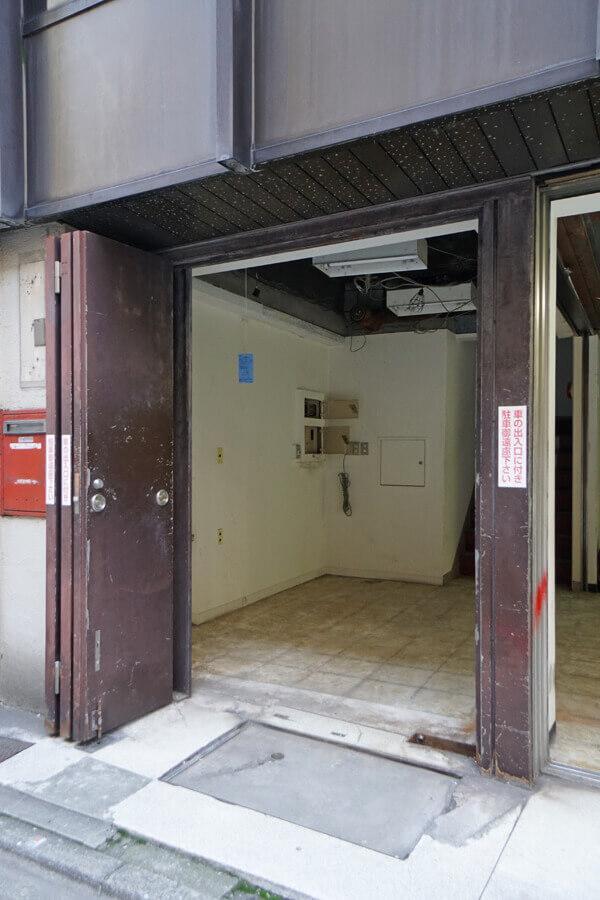 1階エントランスの扉は鉄の3枚折れ戸。なかなか見ないタイプです