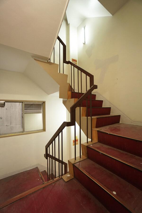 共用階段。赤いPタイルがレトロでいい感じです