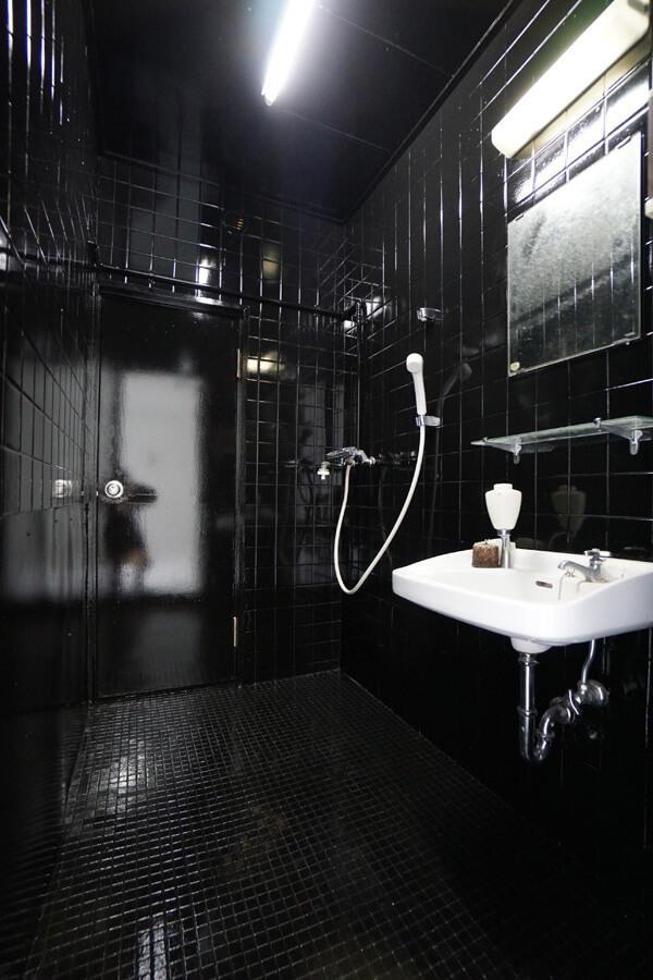5階の洗面所。タイルを黒く塗りました