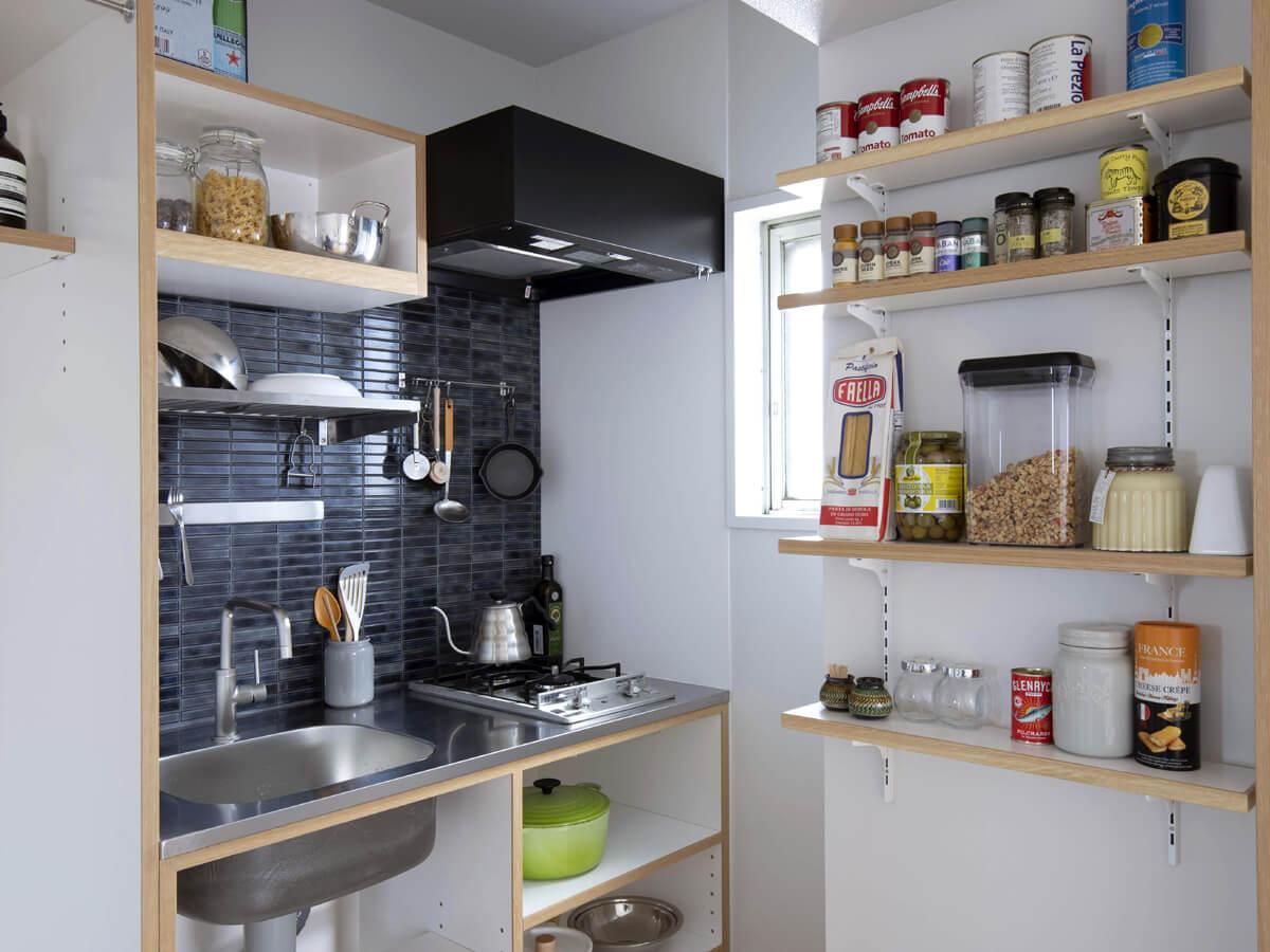 光が入って明るいキッチン。左の棚は洗濯機置場に。