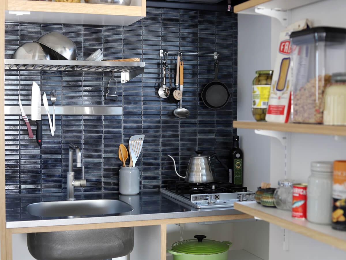 タイル貼りの壁には、引っかけたりくっつけたり乾かせる場所があって何かと便利。