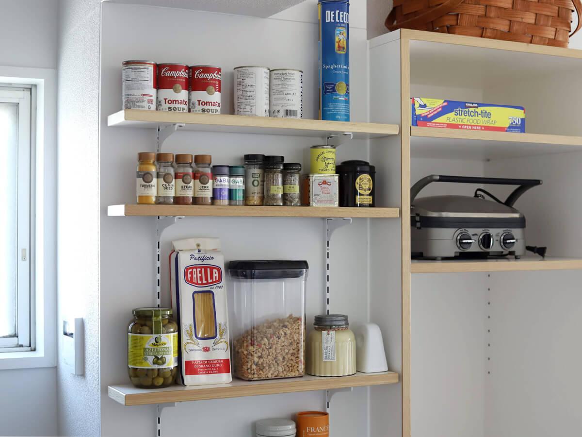 右の棚が冷蔵庫置場。小さな棚には調味料をずらりと並べてみたい。