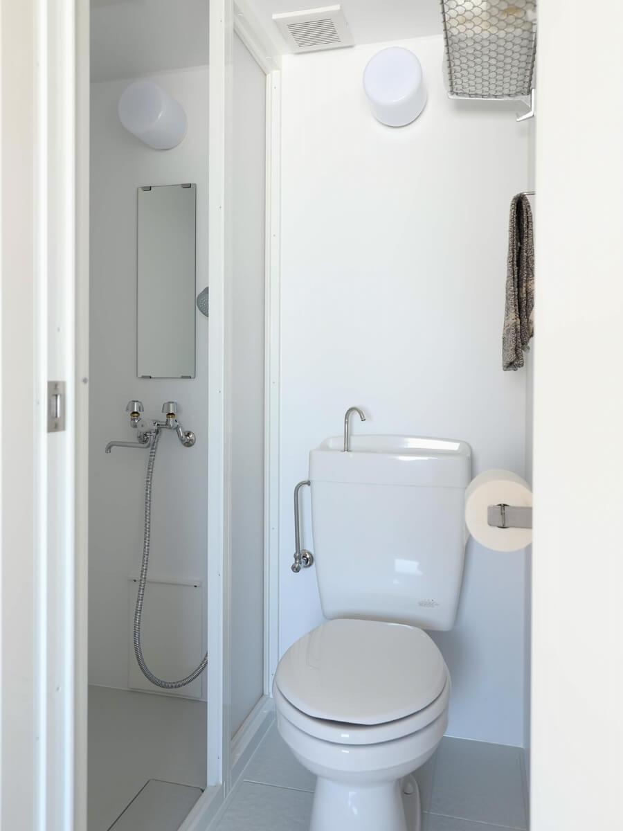 シャワー室&トイレ。ここは潔くミニマムに。
