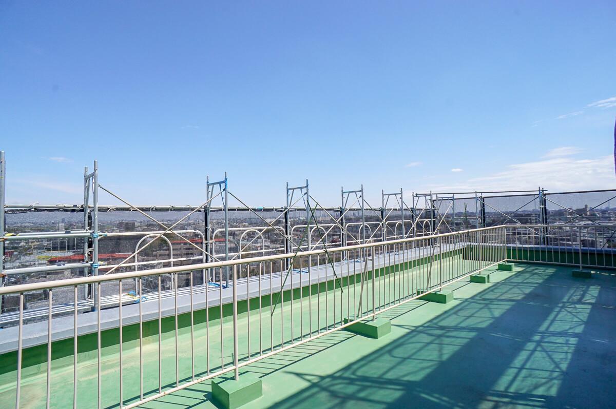 ルーフバルコニー 足場が邪魔でせっかくの眺めが… 夏までの辛抱です