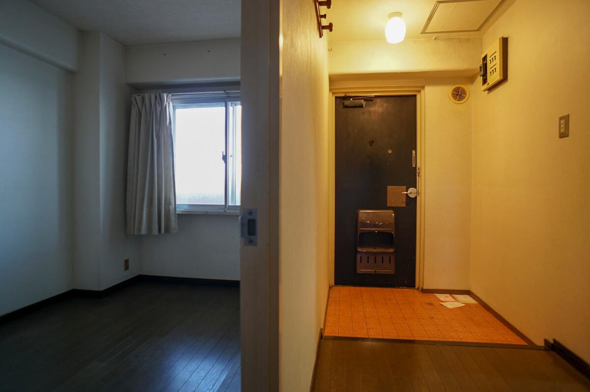玄関とその脇の洋室