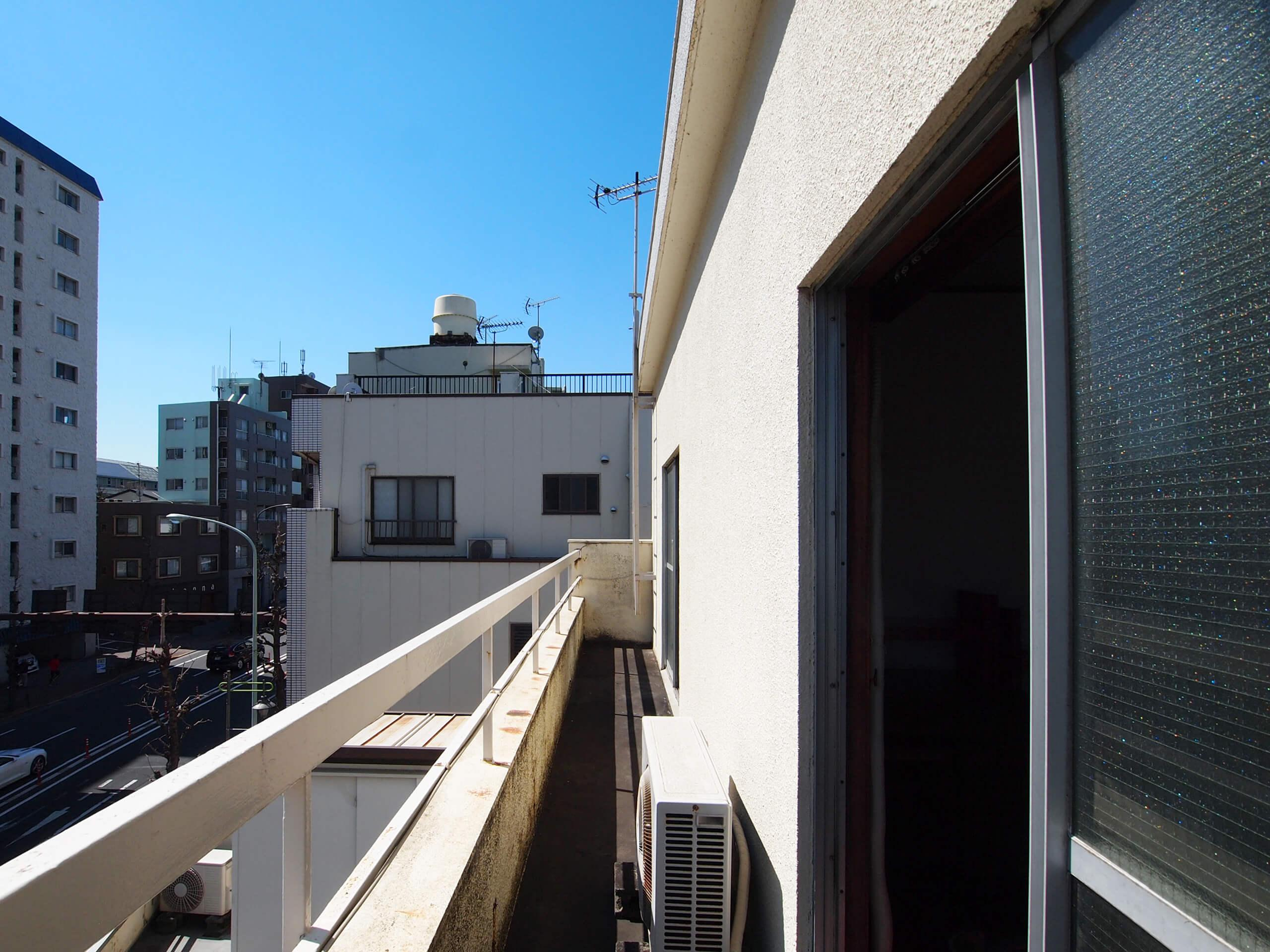 【4階バルコニー】幅は狭め