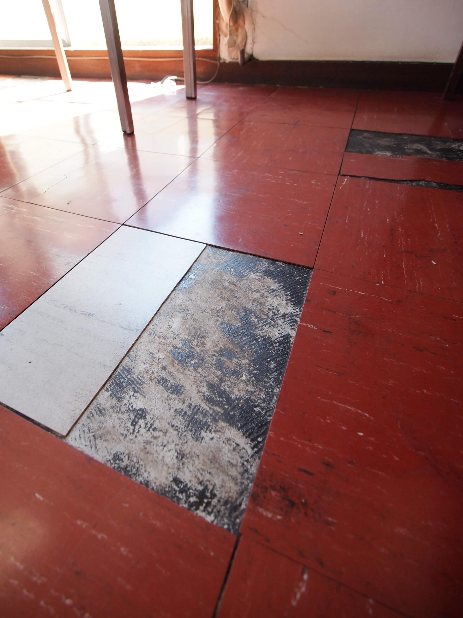 【4階】塩ビタイルの床を剥がすと渋い床になりそう