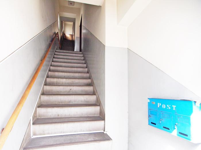 【階段】ツートンのカラーがレトロな階段