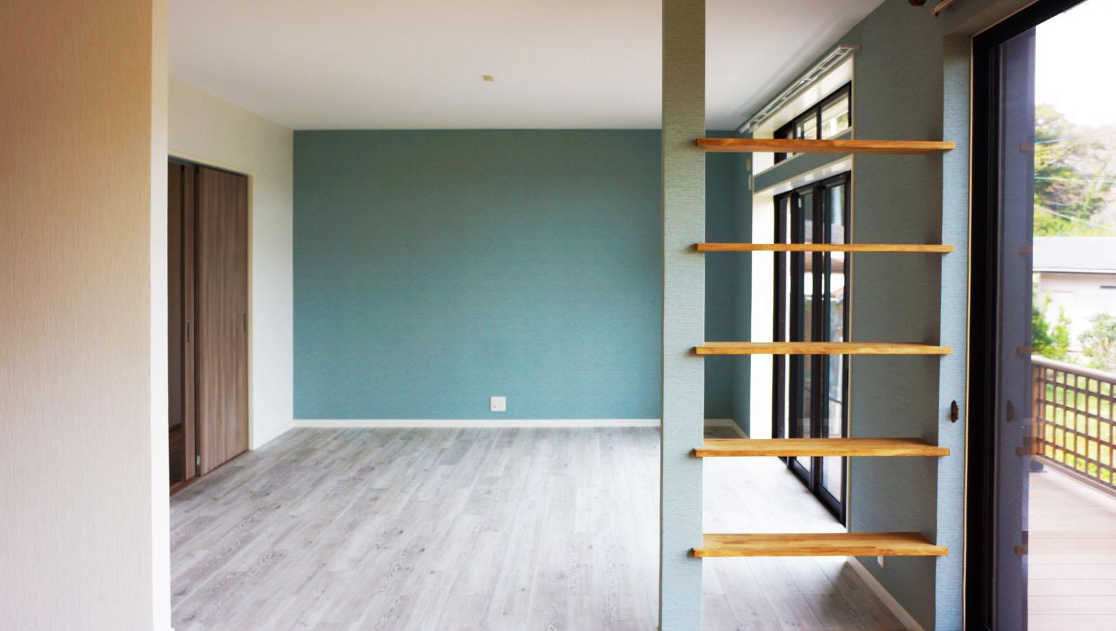 和室を改修して、リビングとつながった空間は明るく、外の緑も見えて、気持ちが良い