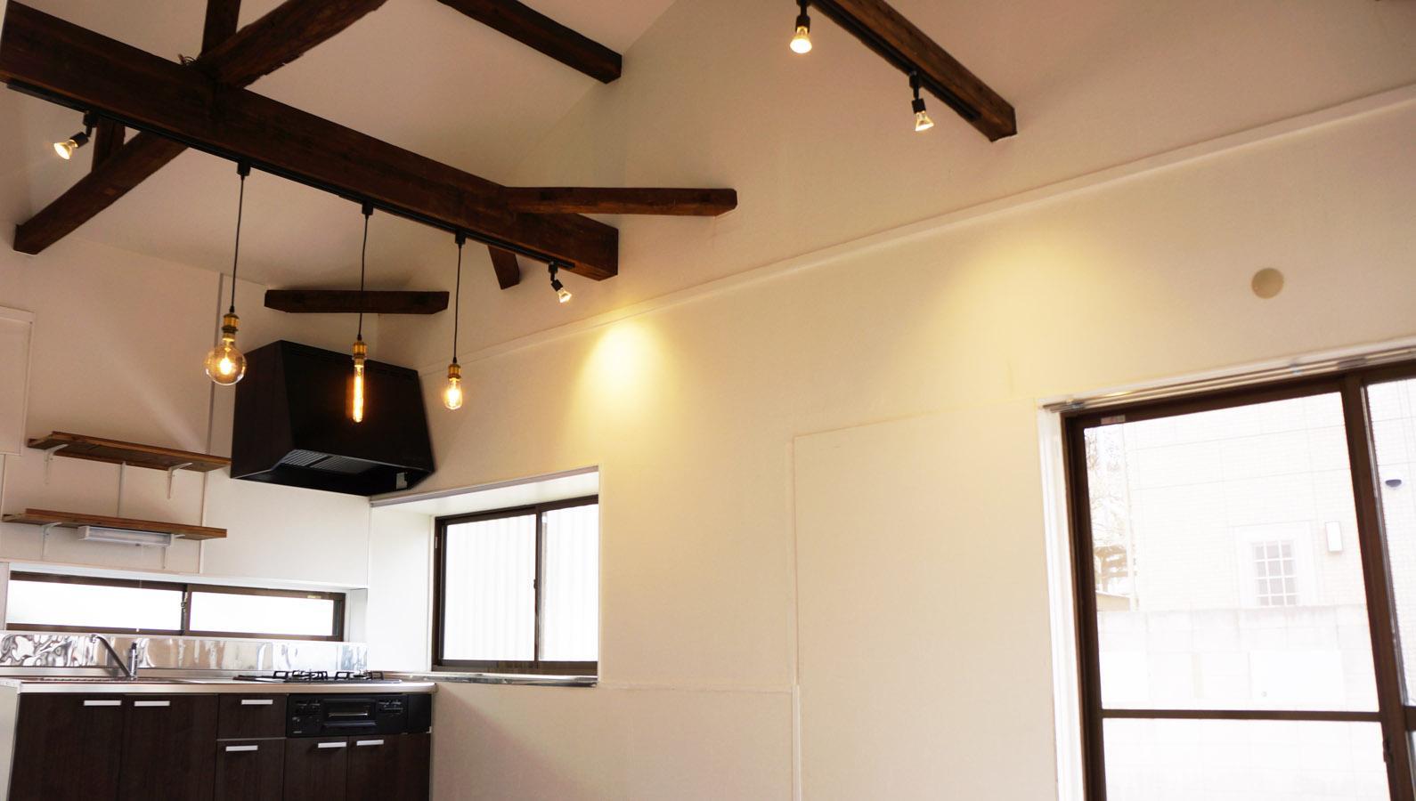 白く塗装された空間にこげ茶の梁型が映えています