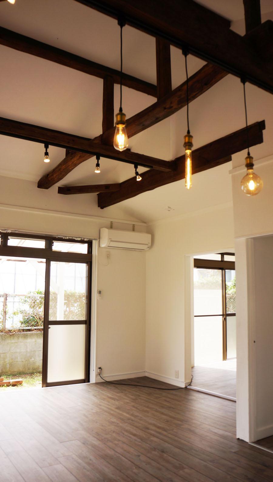 切り妻屋根の勾配天井は開放的