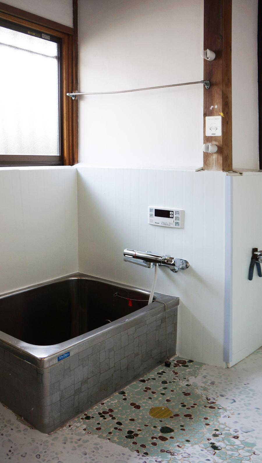 お風呂はステンレスの浴槽で、追いだき機能付き