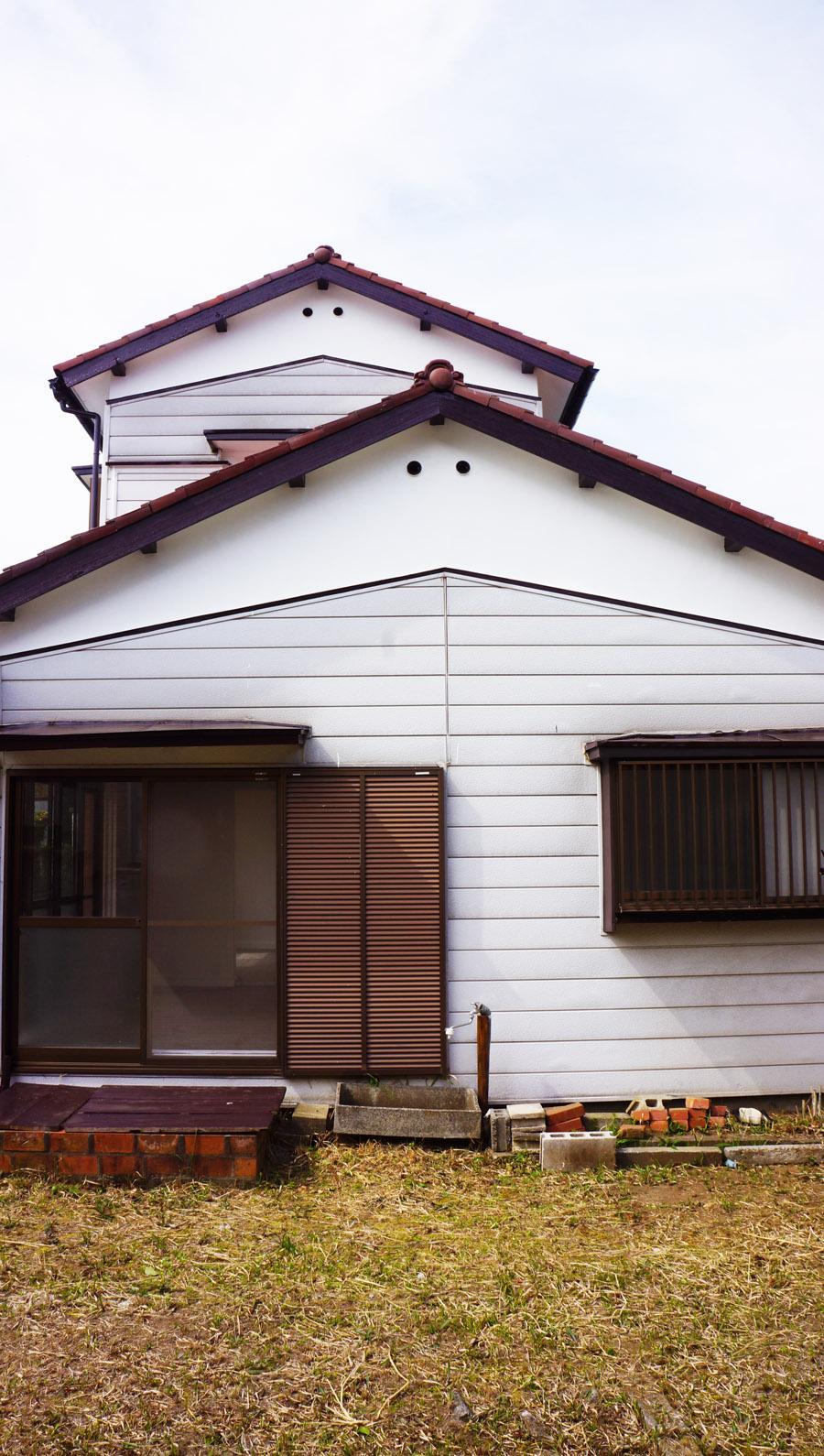 正面、平屋部分は切妻屋根で可愛らしい