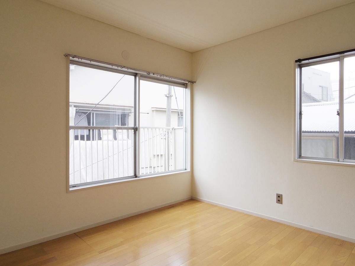 2階、4.3畳の洋室。周りの家と距離が近いため、カーテンは必須かと