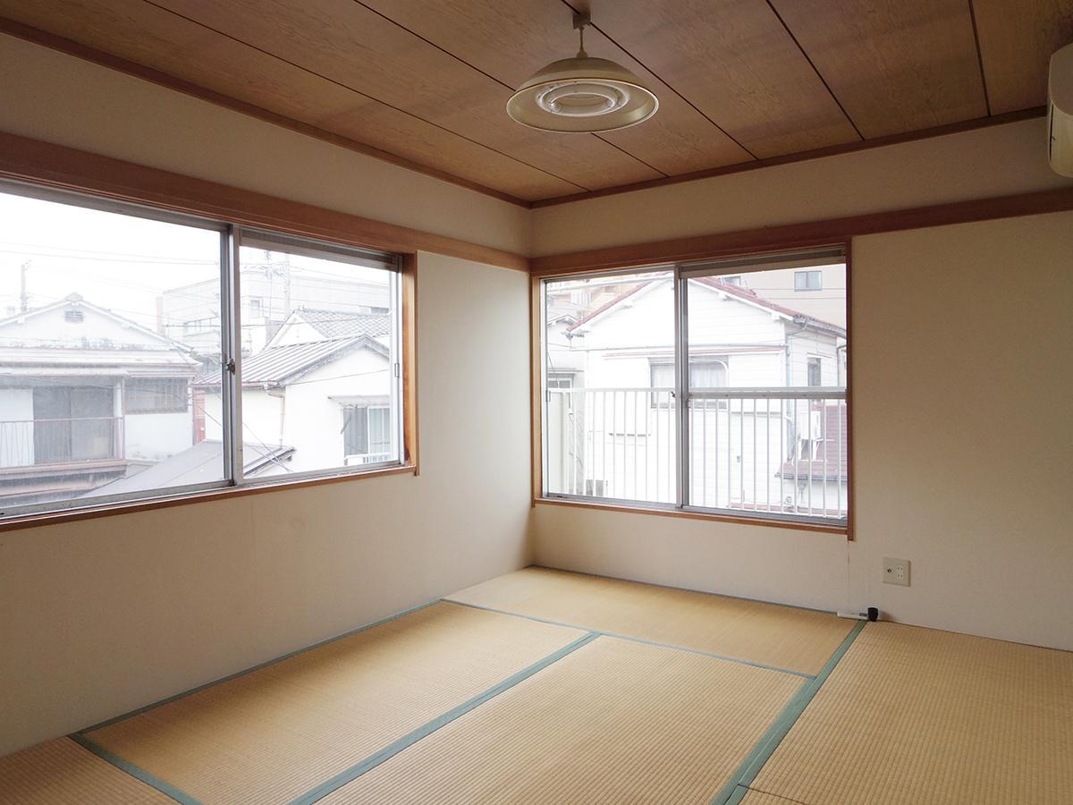2階、6畳の和室。窓が多く、南向きなので明るい