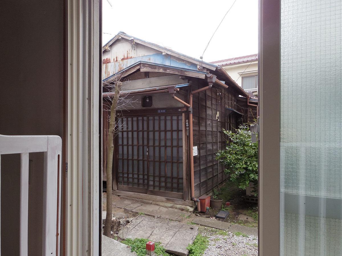 1階土間部分の窓を開けると、すぐそこにお隣さん