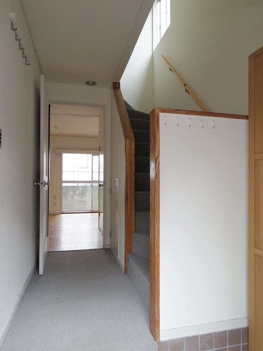 廊下と階段はカーペット敷き