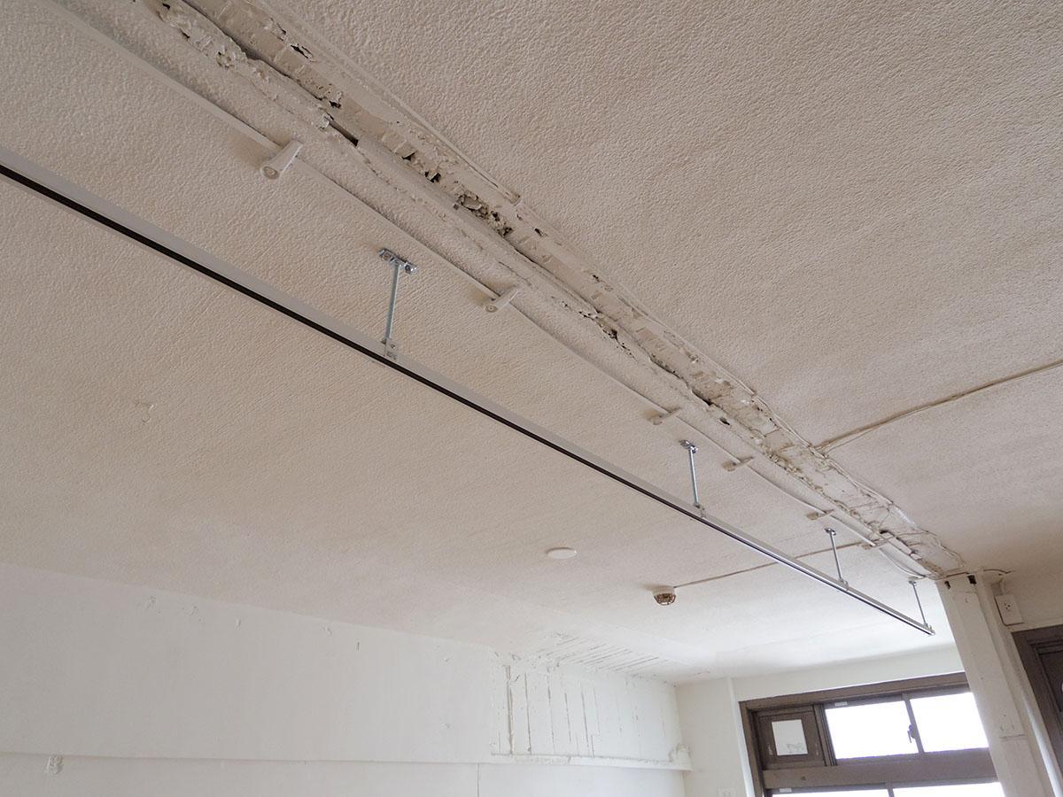 むき出しになった天井にはライティングレールが設置済み