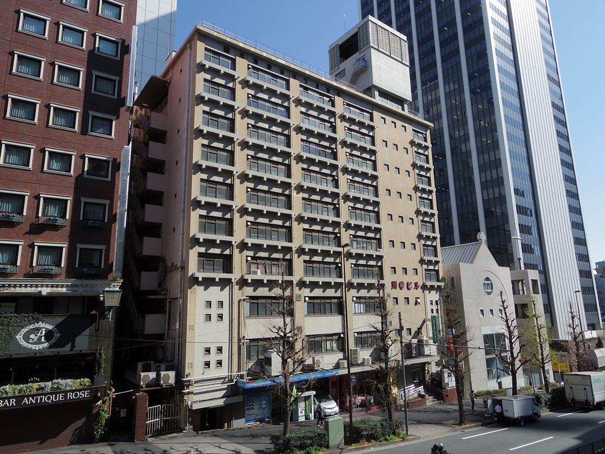 4階から上は以前まで公団だった建物。その名残を感じさせる花壇のおかげでさらに建物が良く見えます