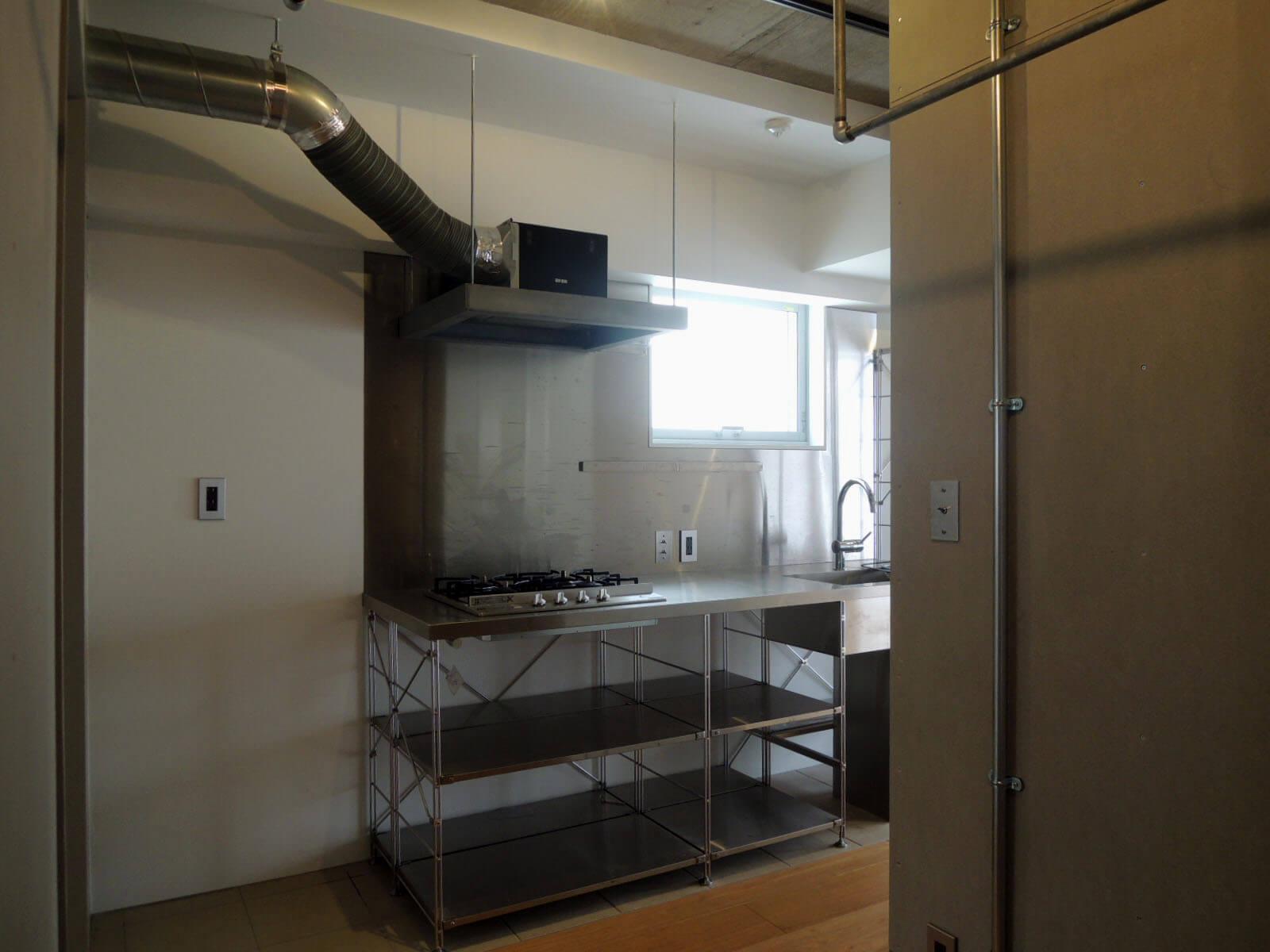 キッチンはオープン収納。冷蔵庫はだいたい置けるかと。