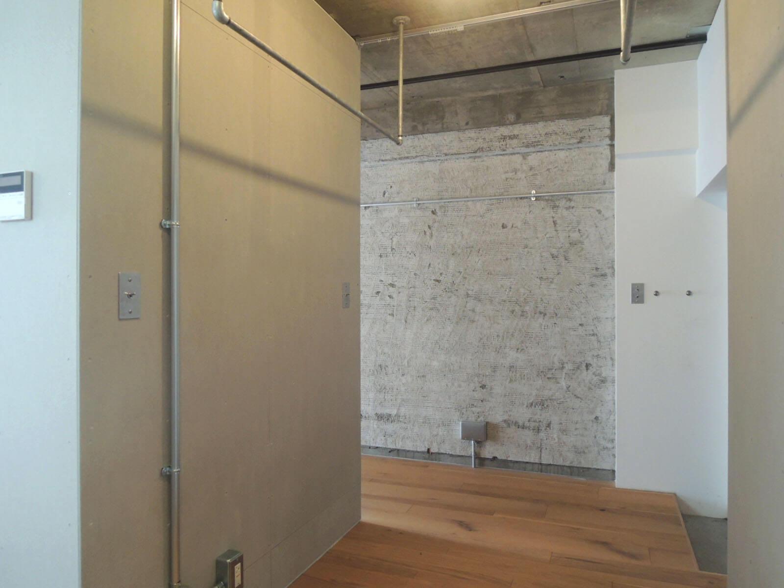 振り返り。このスペースをカーテンで仕切ればクローゼットや納戸にすることも。