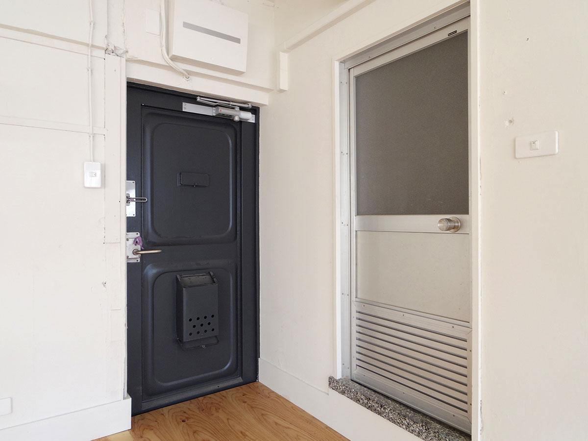 左側が部屋への入り口のドア。右側のストレージスペースのドアは撤去されます