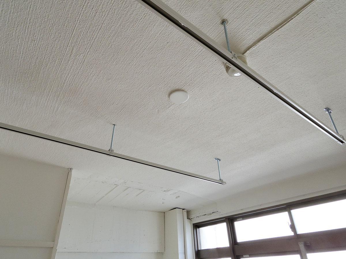 ライティングレールが設置済み。いい感じの照明をつければ、さらに室内の雰囲気が良くなりそう