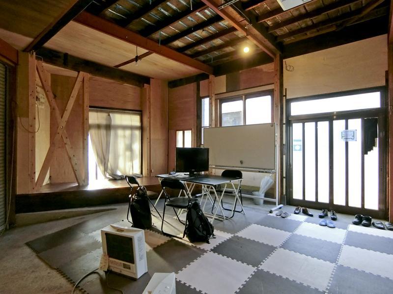 天井が高く、床は土間です(床のマットやテーブルなどは撤去済み)