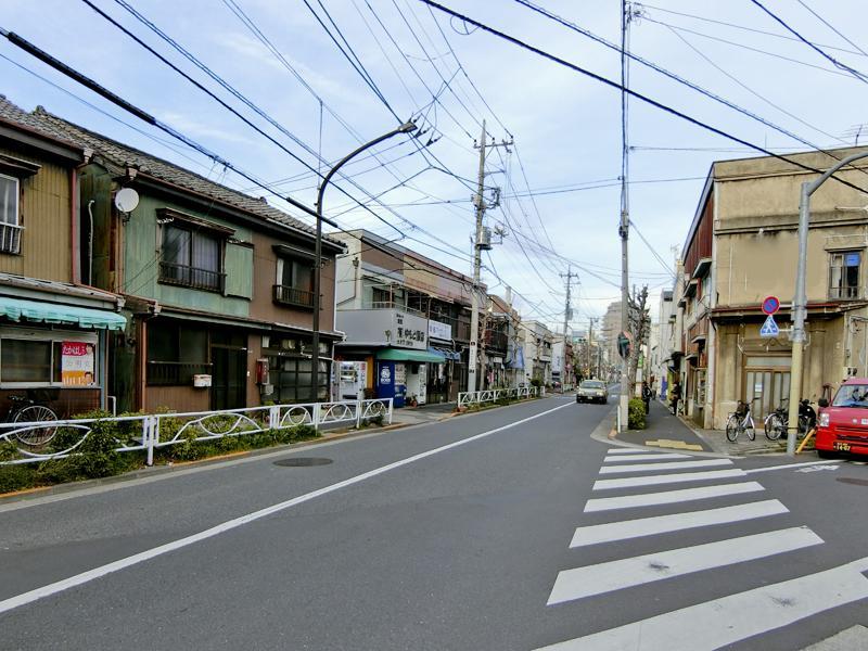 前の通りには、長屋が並びます