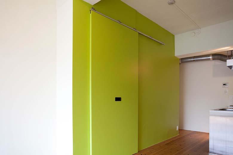 各部屋ごとに色が違うという水回りの壁面。開けると洗濯機置き場