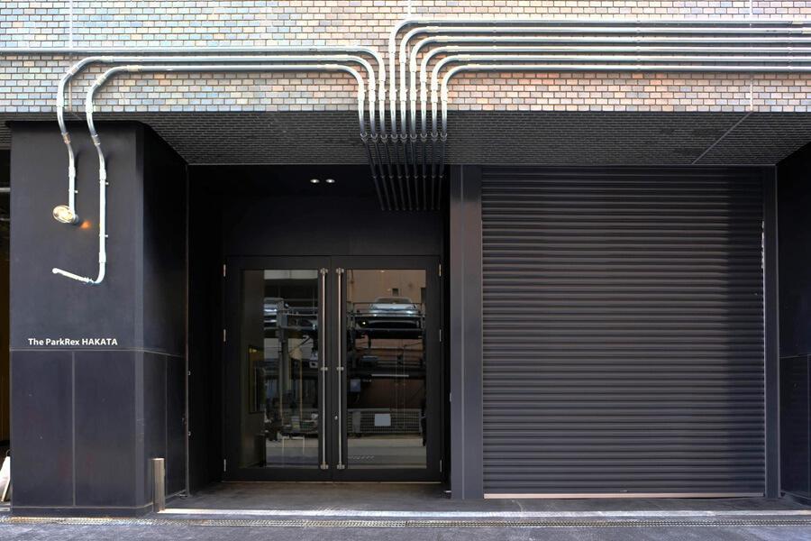 新設された入口。扉は、なんと約3m