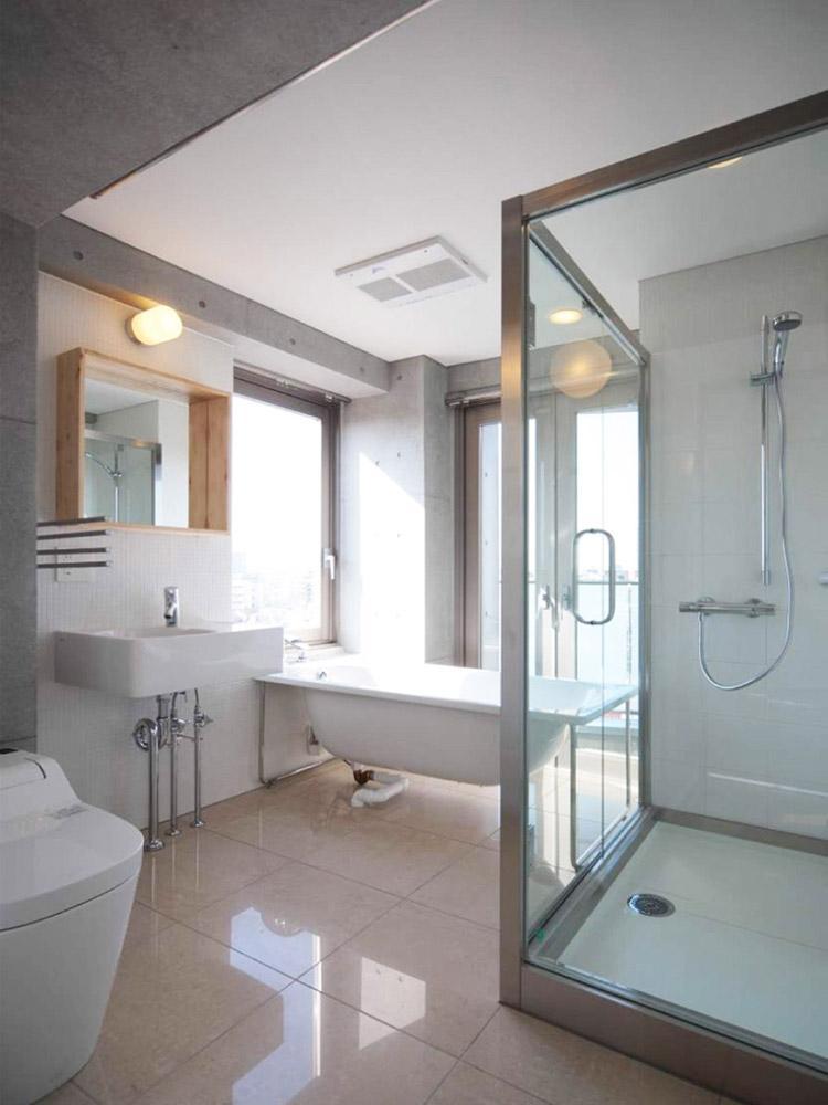 広めの空間にトイレ・洗面・バスタブ・シャワールームがまとめられています