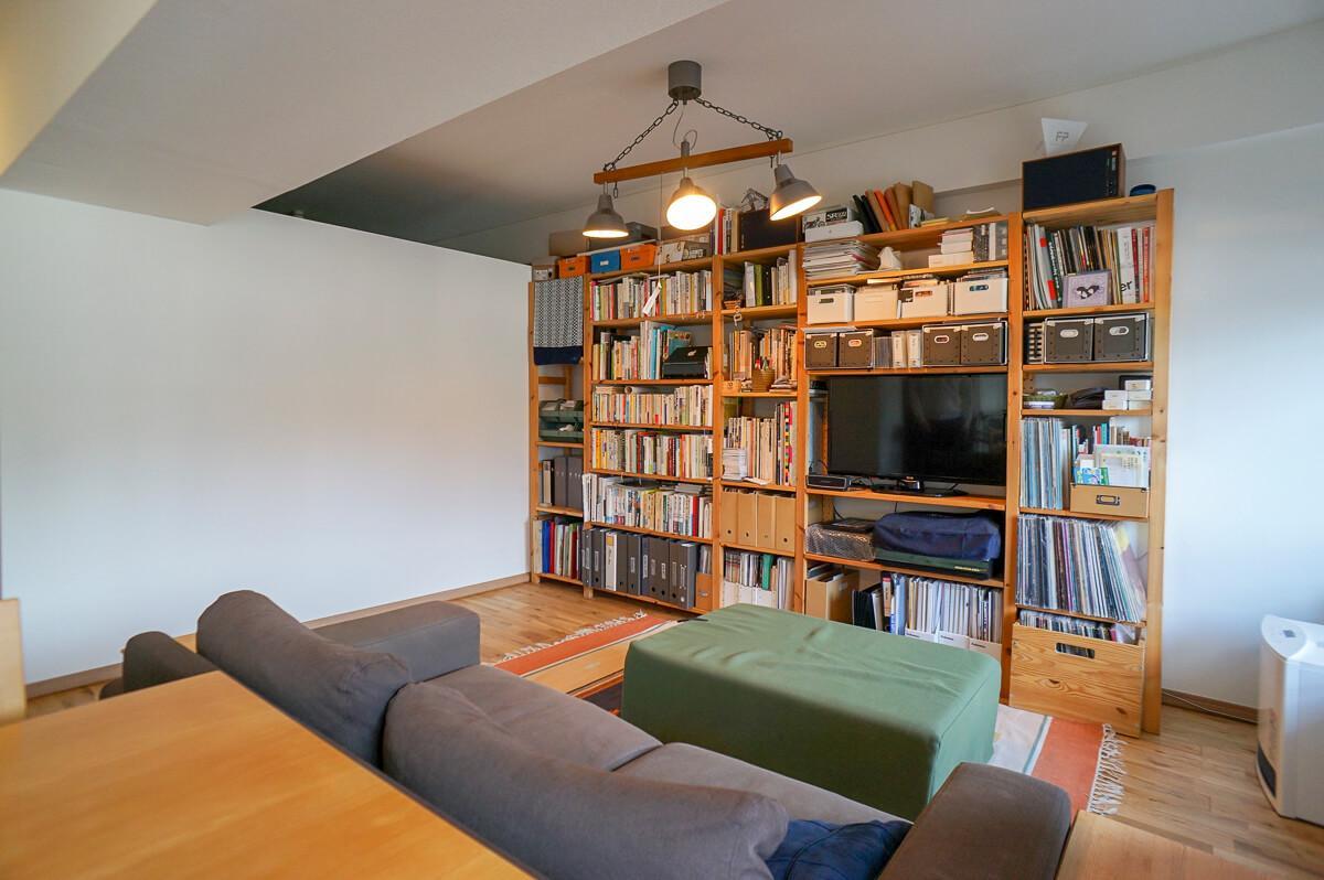 1.8mほどの梁が室内を縦断していますが、その下にソファがあるような使い方であればあまり気にならないはず