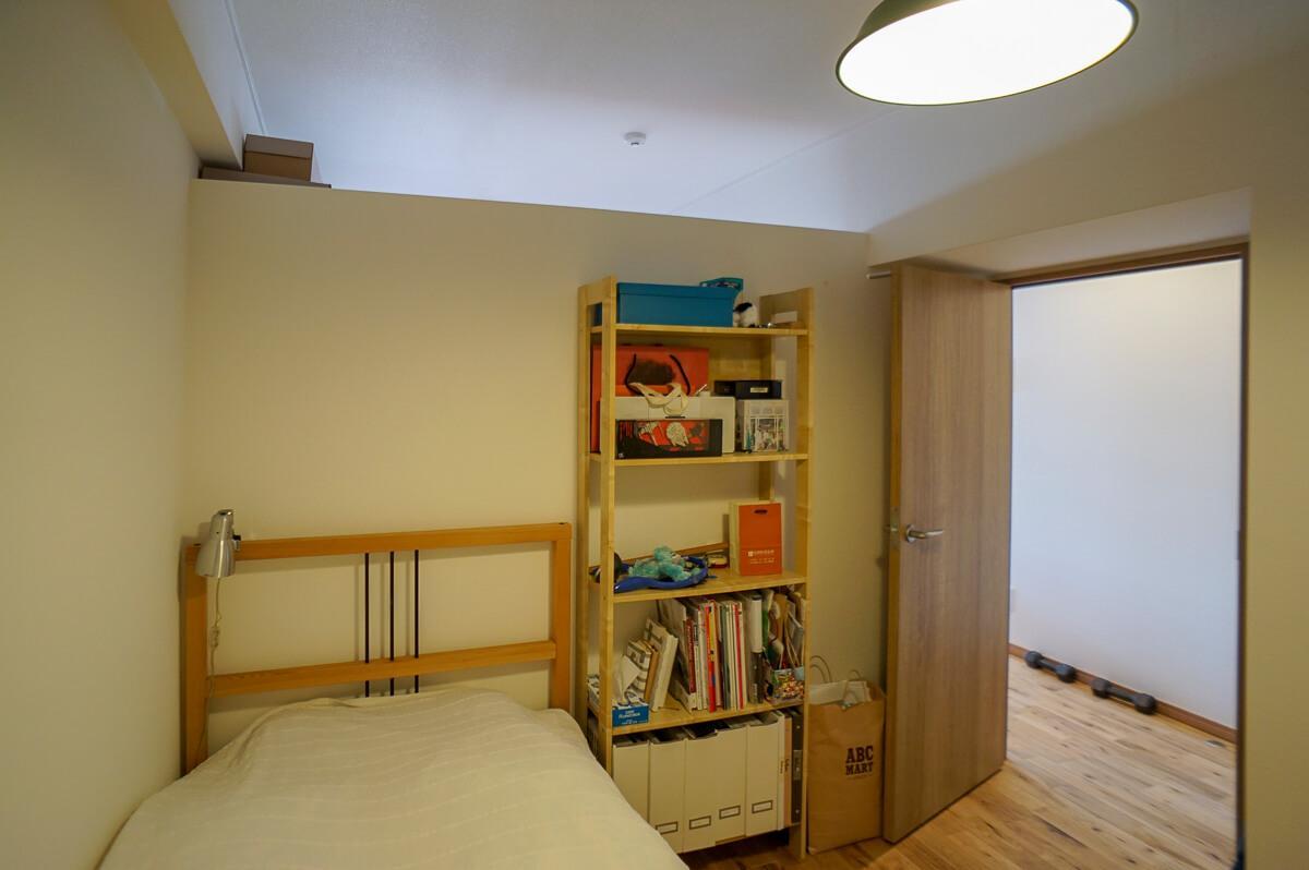寝室とLDKは上部が抜かれた壁でゆるやかに繋がっています
