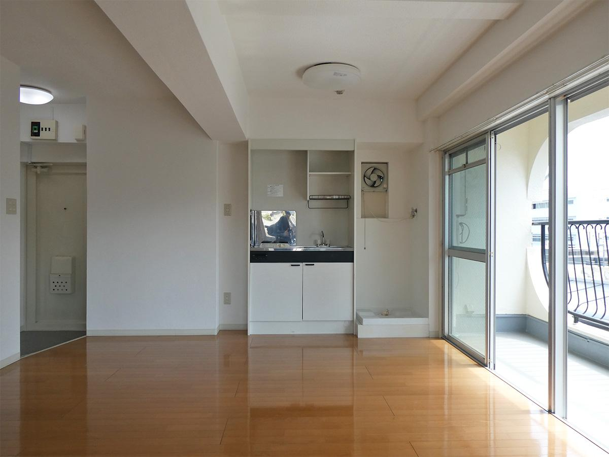 キッチンの右側が洗濯機置き場。冷蔵庫置き場は左側になりそう