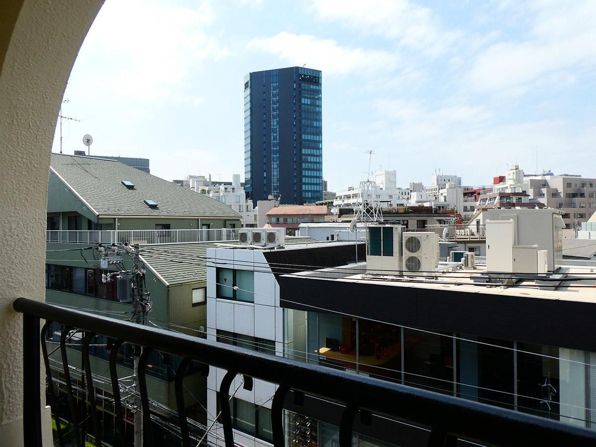 西側の窓からの眺望。西側は通りに面している