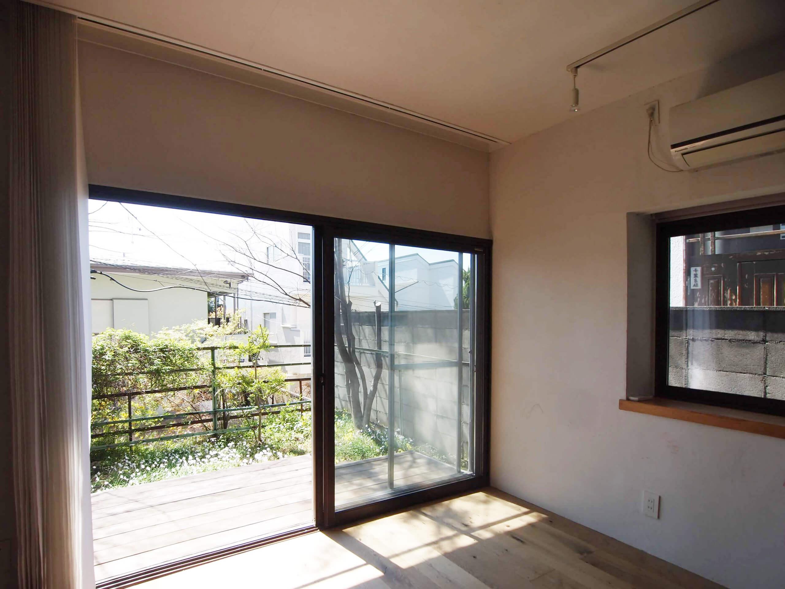 【リビング】大きな窓から庭にでられる(3月撮影)