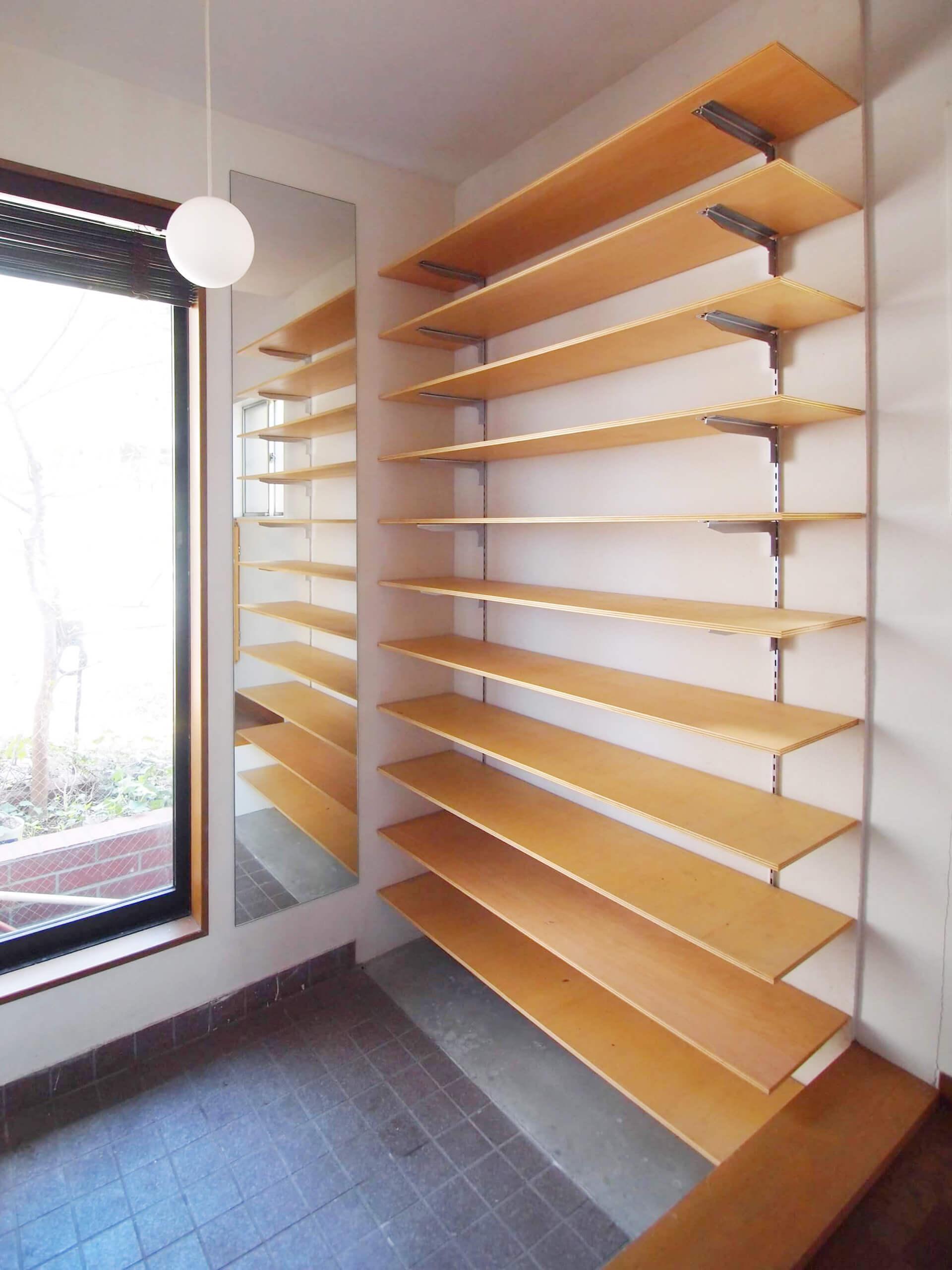 【玄関】靴がたくさん並べられる可動式の棚。窓にはウッドブラインドがついている