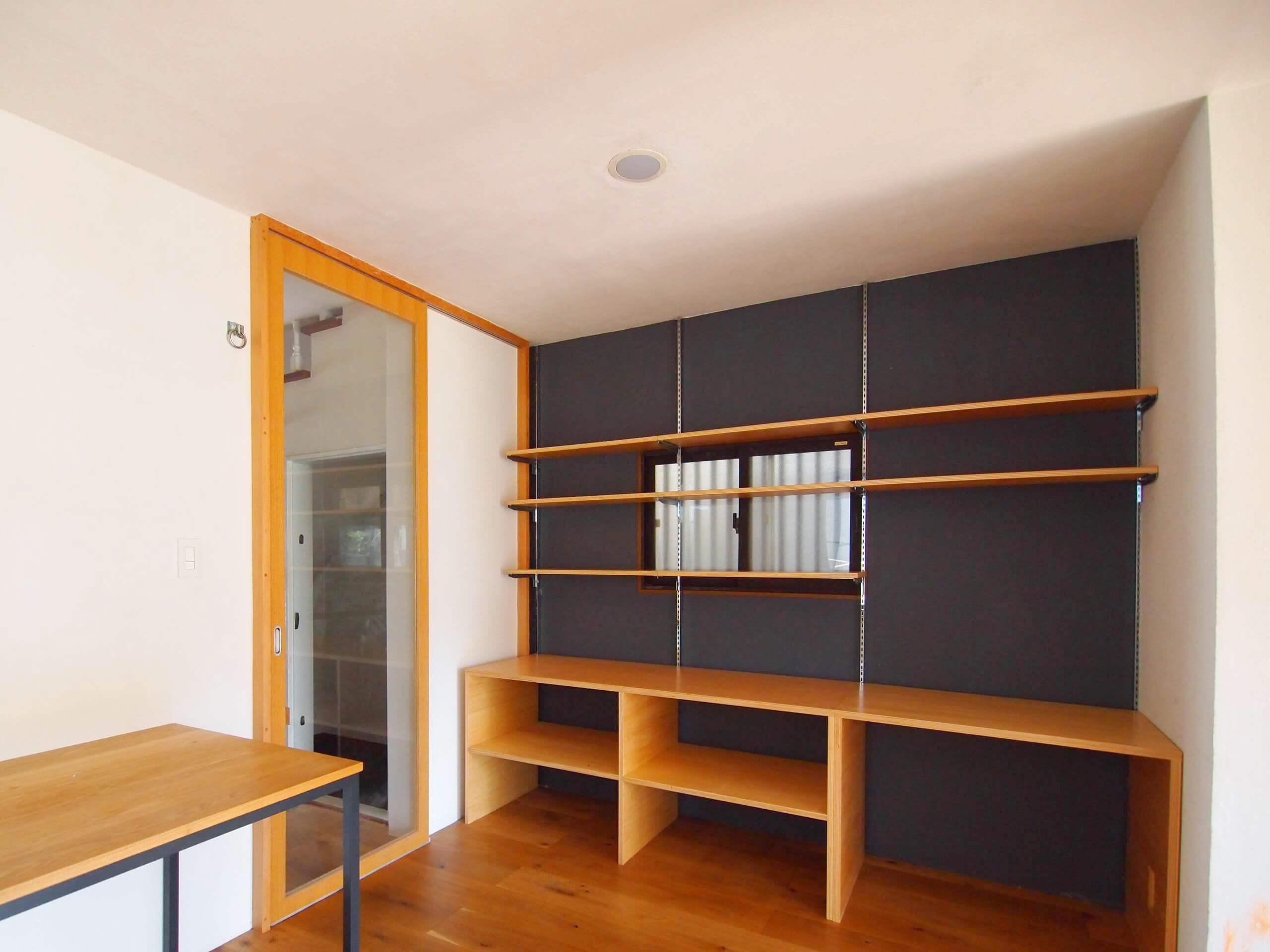 【リビング】廊下側に壁面棚が造作されている