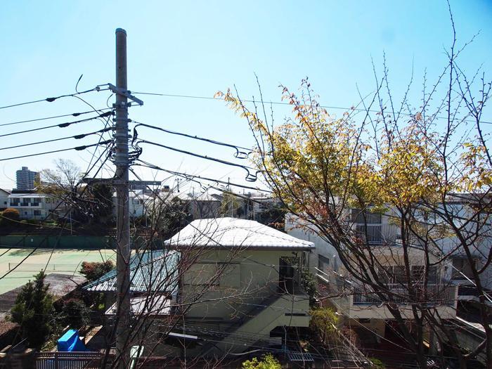 【2階西側バルコニーからの眺望】左のテニスコートがよく見える(3月撮影)