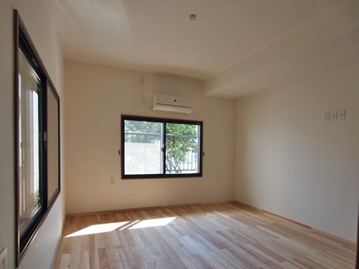 【2階西側洋室】正面の窓からバルコニーに出られる