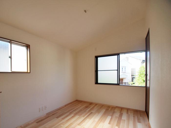 【2階東側洋室】天井が高く気持ちいい